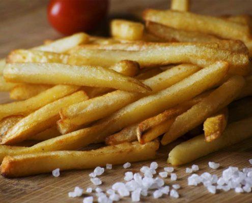 Pommes Frites erst kurz vor dem Servierensalzen und würzen